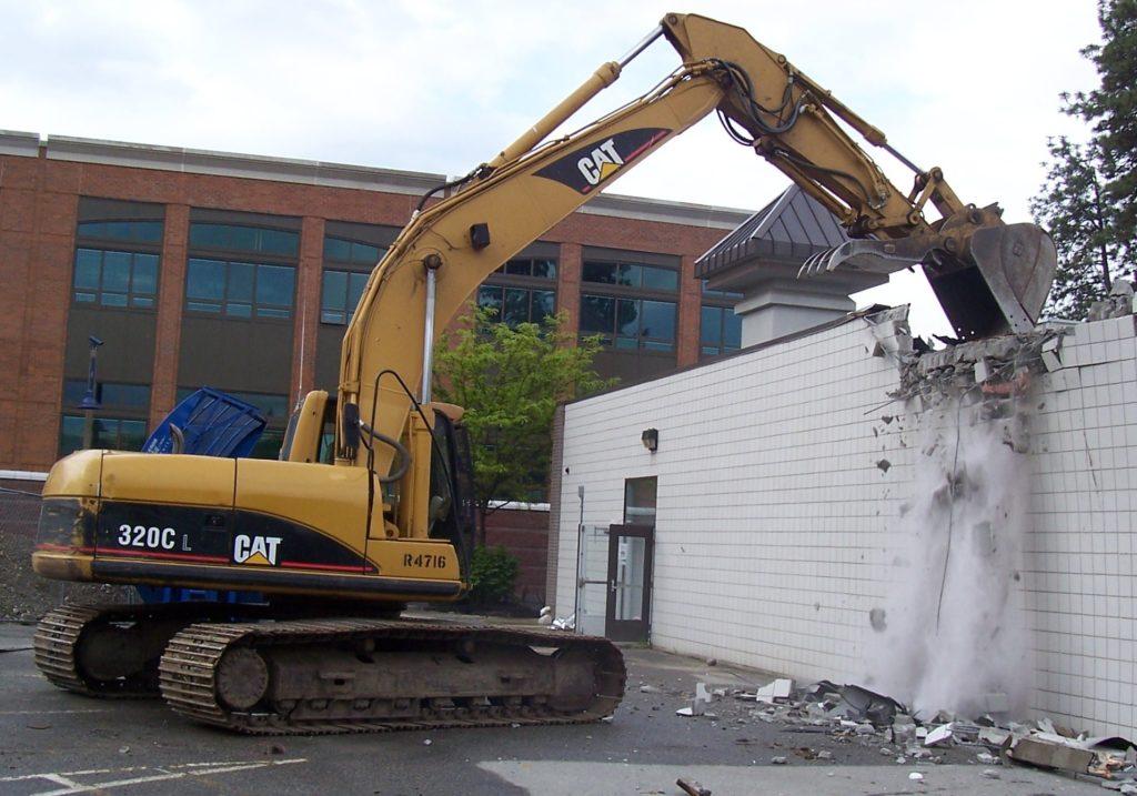 Las facultades de demolición de obras en fincas rústicas por parte de los Ayuntamientos.